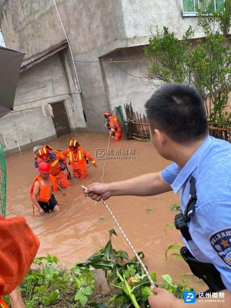 开江境内普降暴雨 多地水位急剧上涨